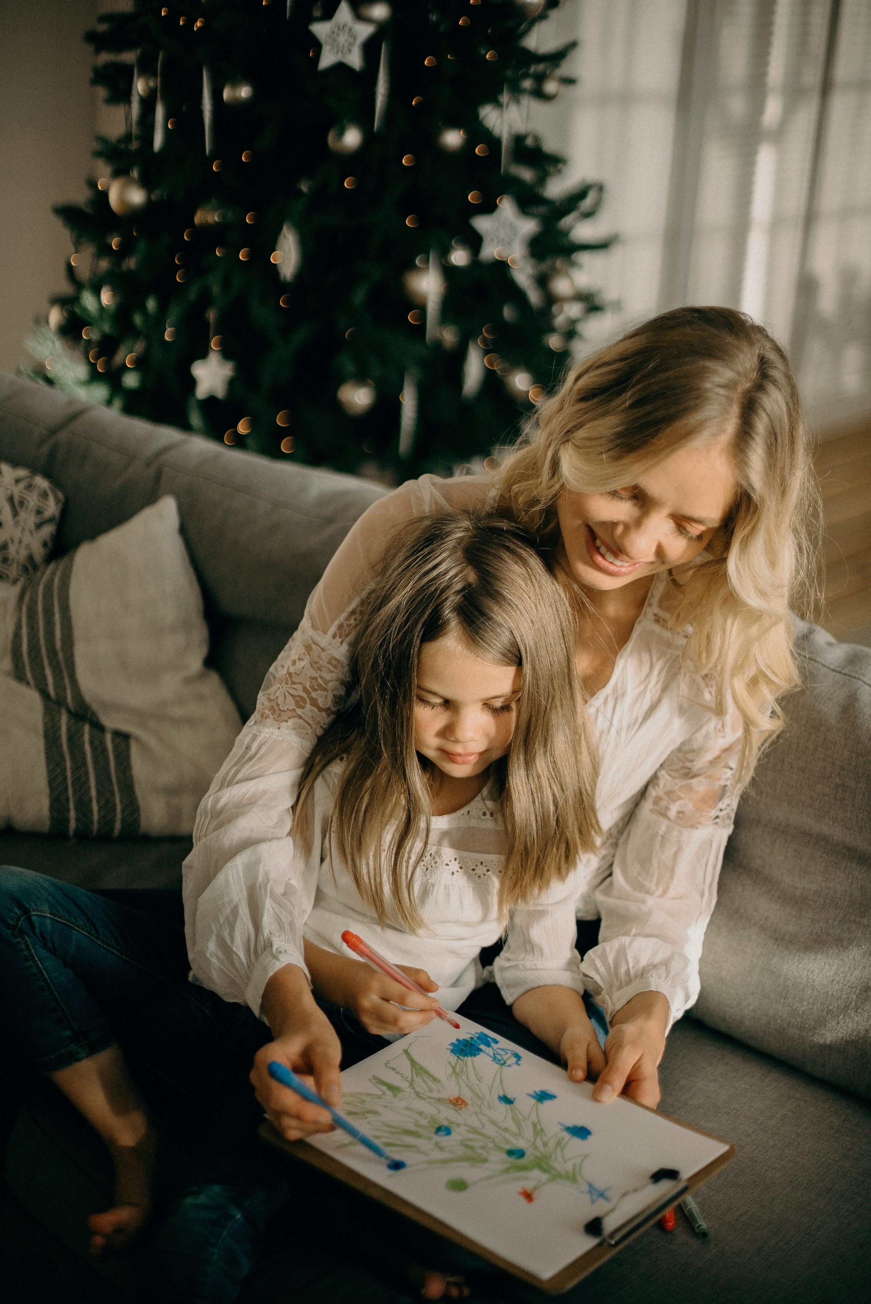 Kalėdų eglutės puošimas su vaikais